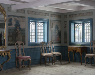Home with wall paintings and interior from the 1700s.