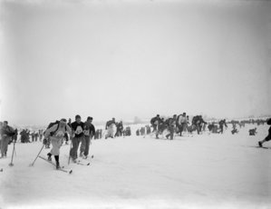 Old photo in black and white with cross country skiers. Photo: Marius A. Berge / Maihaugen